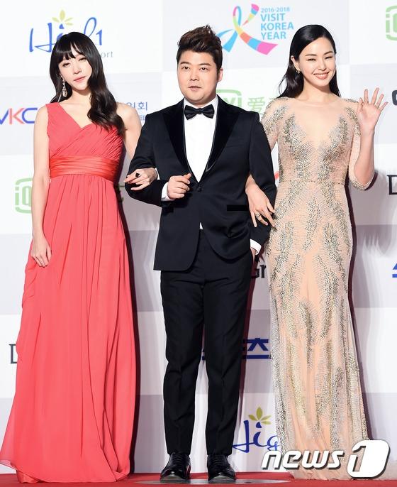 Hani (EXID), Honey Lee và Jun Hyun Moo đảm nhận vai trò MC của lễ trao giải