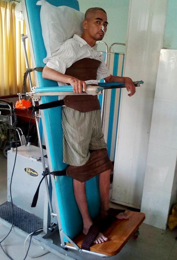 Anh tập vật lý trị liệu tại bệnh viện. Ảnh: Nam Trung - Tin sao Viet - Tin tuc sao Viet - Scandal sao Viet - Tin tuc cua Sao - Tin cua Sao