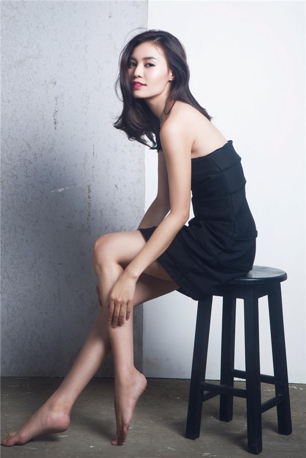 Nữ diễn viên gợi cảm khoe khéo vai trần trong thiết kế khá đơn giản được tạo điểm nhấn bằng những chi tiết gấp nếp phân tầng tạo hiệu ứng thị giác.