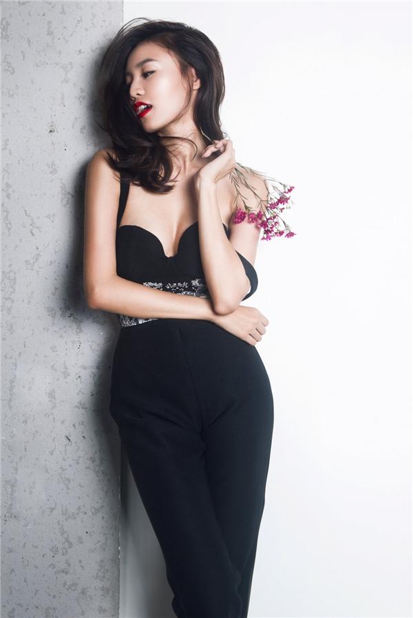 """Lan Ngọc làm """"gái hư"""" với loạt trang phục màu đen"""