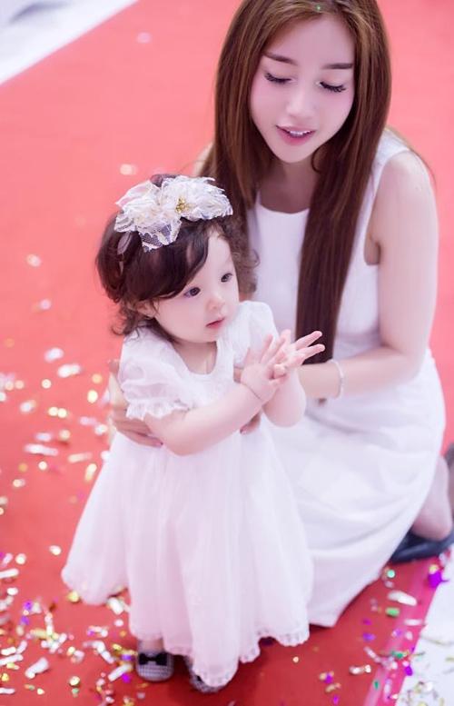 Dịp Cadie Mộc Trà sinh nhật tròn 1 tuổi, hai mẹ con cũng diện váy trắng đồng bộ đón tiếp các khách mời - Tin sao Viet - Tin tuc sao Viet - Scandal sao Viet - Tin tuc cua Sao - Tin cua Sao