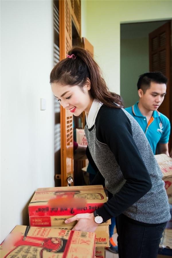 Tuy nhiên, Hoa hậu Việt Nam 2014 vẫn giữ trên môi nụ cười cùng tinh thần năng động, tươi vui để có thể mang đến bầu không khí vui vẻ cho những hộ dân mà cô tiếp xúc. - Tin sao Viet - Tin tuc sao Viet - Scandal sao Viet - Tin tuc cua Sao - Tin cua Sao