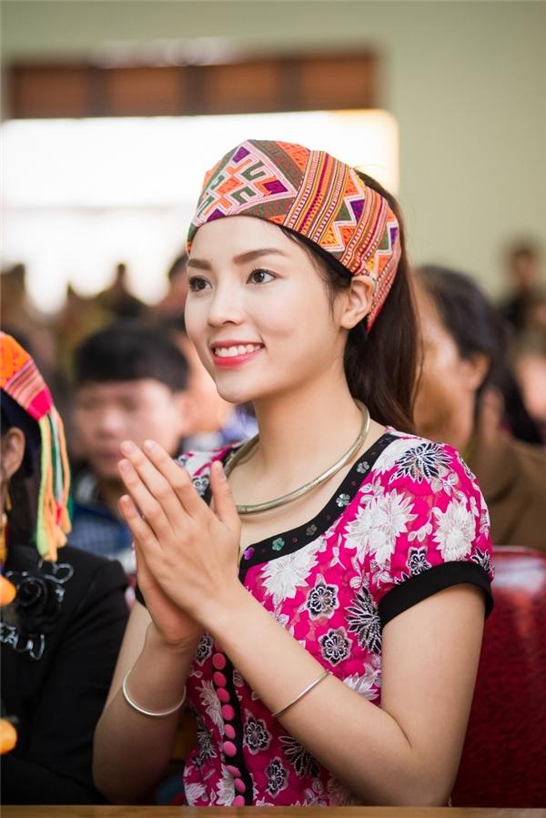 Hoa hậu Kỳ Duyên rớt nước mắt khi về huyện miền núi làm từ thiện - Tin sao Viet - Tin tuc sao Viet - Scandal sao Viet - Tin tuc cua Sao - Tin cua Sao