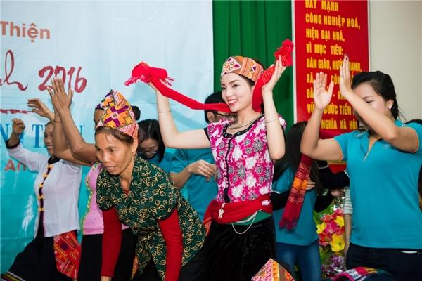 Kỳ Duyên còn cảm thấy thích thú khi được trải nghiệm trò chơi nhảy sạp - một trong những nét văn hóa truyền thống đẹp đẽ của dân tộc Thái mỗi khi có hội hè hay Tết đến xuân về. - Tin sao Viet - Tin tuc sao Viet - Scandal sao Viet - Tin tuc cua Sao - Tin cua Sao