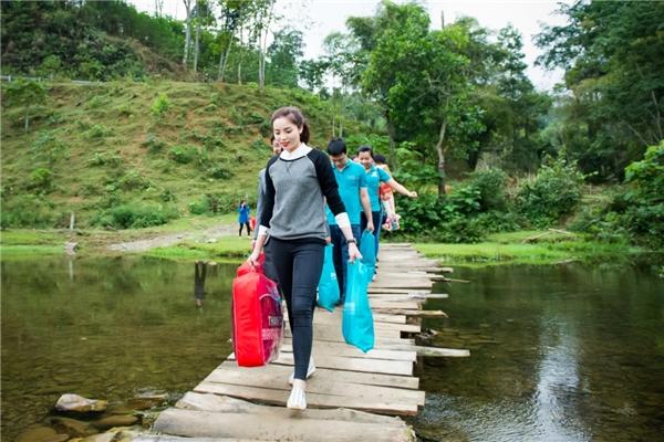 Vào buổi chiều, Hoa hậu Việt Nam 2014 đến thăm hỏi một số hộ gia đình ở vùng sâu của xã Yên Khê (huyện Con Cuông). - Tin sao Viet - Tin tuc sao Viet - Scandal sao Viet - Tin tuc cua Sao - Tin cua Sao
