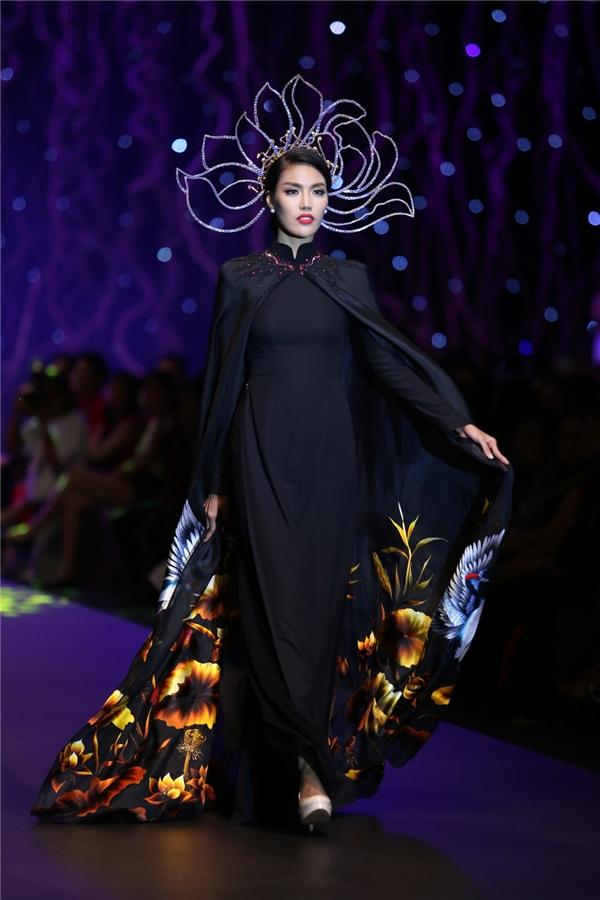 Trong đó, chiếc áo dài mà Lan Khuê diện được đưa ra mức giá cao nhất 405 triệu đồng. Con số này cũng khiến khán giả có mặt trong đêm diễn khá bất ngờ.