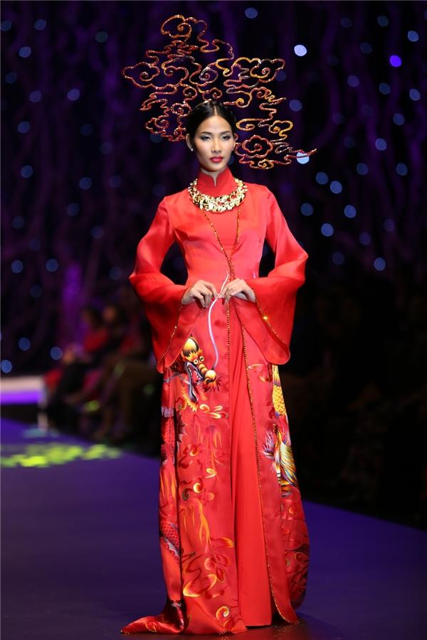 Hoàng Thùy cũng không hề kém cạnh các đàn chị trên sàn diễn khi diện bộ áo dài màu đỏ rực rỡ mang âm hưởng cung đình. Thiết kế này được mua với giá 350 triệu đồng.