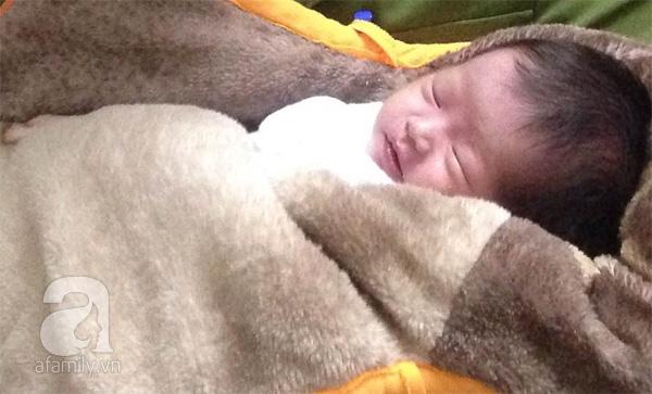 Bé sơ sinh bị mẹ trẻ 19 tuổi bỏ rơi trong đêm rét buốt vì không nuôi nổi