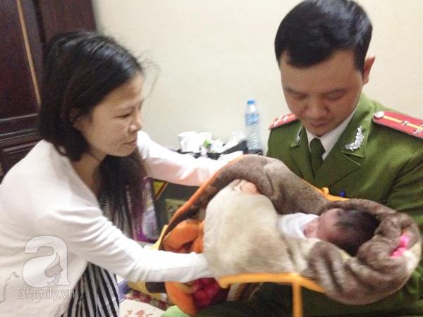 Một công dân sống trên địa bàn đang cưu mang đứa bé tội nghiệp.