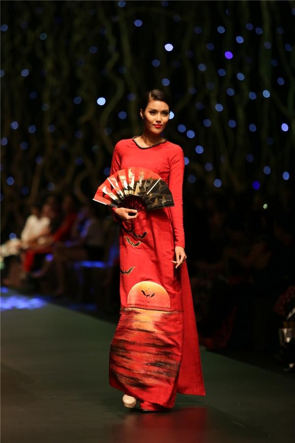 Chiếc áo dài đỏ nằm trong bộ sưu tập dành cho mùa xuân như một lời cầu chúc, nguyện ước cho sự may mắn, sung túc.