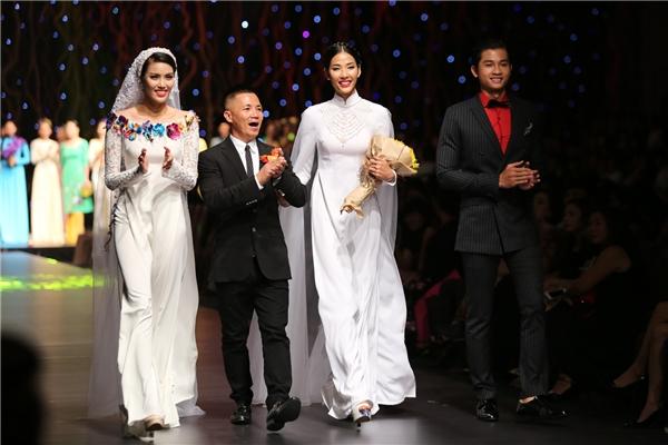 Trong phần cuối của đêm diễn, Lan Khuê diện áo dài trắng kết hợp họa tiết hoa nhiều màu sắc rực rỡ. Đặc biệt, tổng thể trở nên ấn tượng hơn nhờ chiếc khăn voan đội đầu thướt tha, mềm mại.