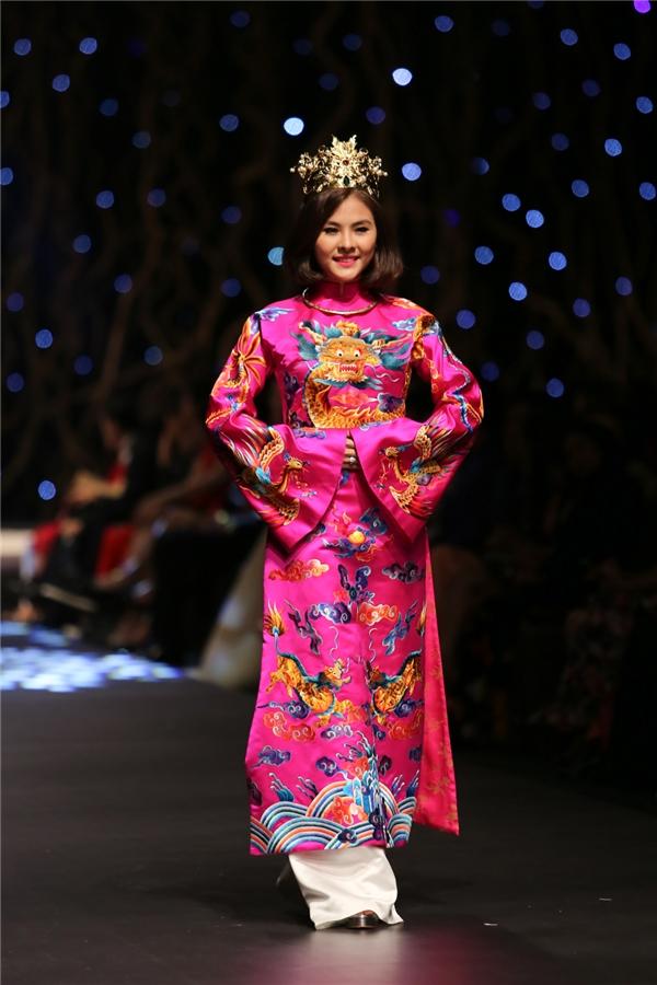 Vân Trang diện lại áo dài cưới mang phong cách cung đình trên sàn diễn.