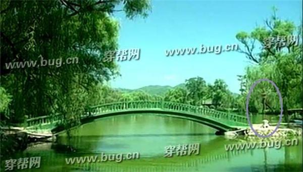 Cảnh quay Liễu Thanh và Nhĩ Khang thảo luận chuyện của đại tạp viện, ở xa xa khán giả có thể bắt gặp hình ảnh của đèn đường.
