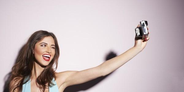 """Những cô gái lý tưởng sẽ không lăm lăm điện thoại trên tay để """"tự sướng"""" hay cập nhật trạng thái."""