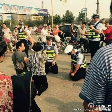 Clip phẫn nộ con trai vi phạm luật giao thông, mẹ già quỳ lạy xin tha