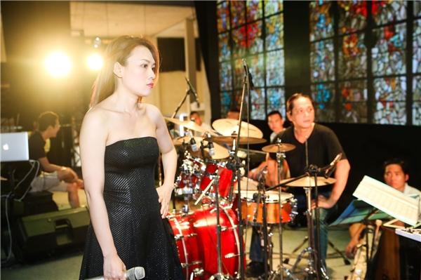Cô không ngừng bàn luận cùng đạo diễn và hai nam ca sĩ khách mời để truyền tải trọn vẹn cảm xúc của mình cho người xem thông qua hệ thống âm thanh, ánh sáng trên sân khấu. - Tin sao Viet - Tin tuc sao Viet - Scandal sao Viet - Tin tuc cua Sao - Tin cua Sao