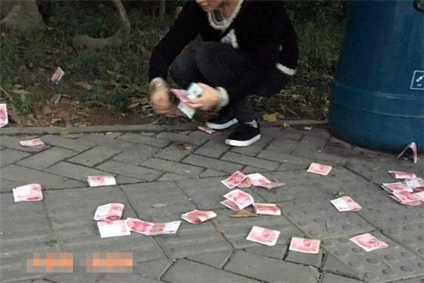 Người dân nhặt tiền giao lại cho cảnh sát.