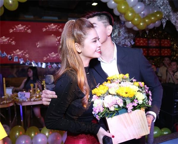 Tim xuất hiện hôn Trương Quỳnh Anh và tặng quà trong lần sinh nhật gần đây nhất của cô. (Ảnh: Internet) - Tin sao Viet - Tin tuc sao Viet - Scandal sao Viet - Tin tuc cua Sao - Tin cua Sao