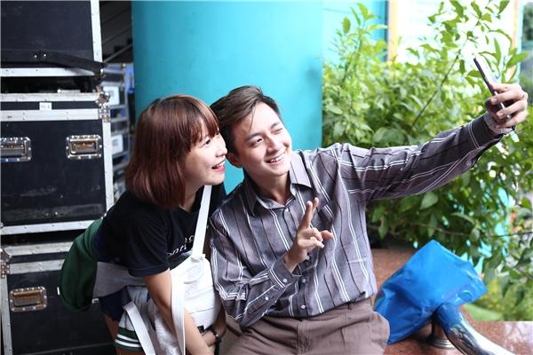 Ngô Kiến Huy thân thiện chụp hình cùng người hâm mộ tại buổi tổng duyệt. - Tin sao Viet - Tin tuc sao Viet - Scandal sao Viet - Tin tuc cua Sao - Tin cua Sao