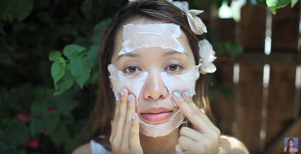 ... rồi đắp lên mặt. Loại mặt nạ này có thể đắp 10 đếnn 15 phút, sau khi đắp xong, bạn không cần rửa lại mà chỉ cần vỗ nhẹ cho da khô là được.