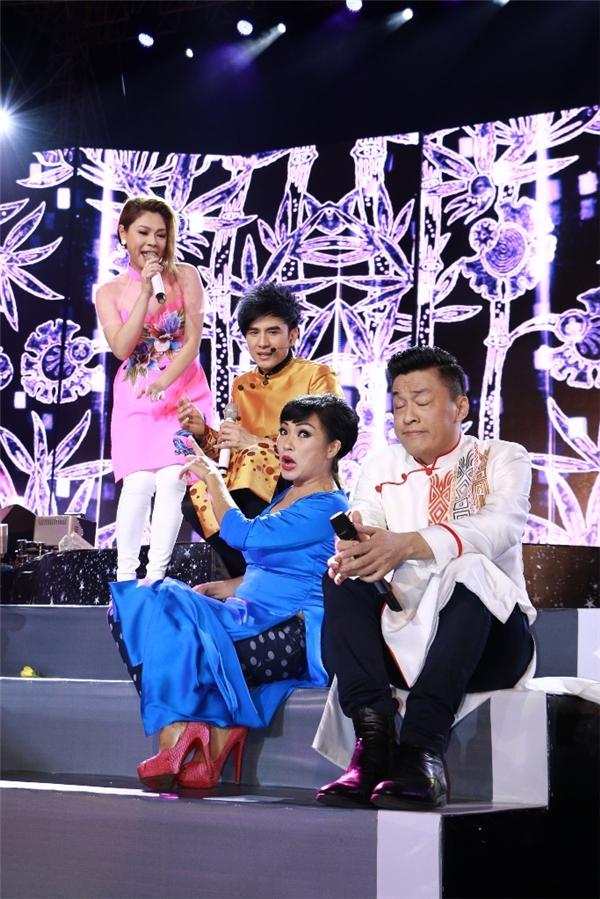 Bằng những tình cảm quý mến nhất dành cho anh Bo, bốn nghệ sĩ đã có màn biểu diễn đầy sự tung hứng thú vị khiến người xem thích thú và cười vui rạng rỡ. - Tin sao Viet - Tin tuc sao Viet - Scandal sao Viet - Tin tuc cua Sao - Tin cua Sao