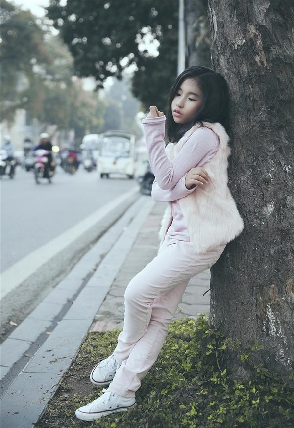 Ju Uyên Nhi áp dụng công thức phối trang phục tông xuyệt tông với sắc hồng pastel nhẹ nhàng, ngọt ngào. Đây cũng chính là một trong hai màu sắc sẽ lên ngôi trong mùa thời trang Xuân - Hè 2016. Và đặc biệt hơn, với những bé gái thì tông hồng càng có sức hút mãnh liệt.