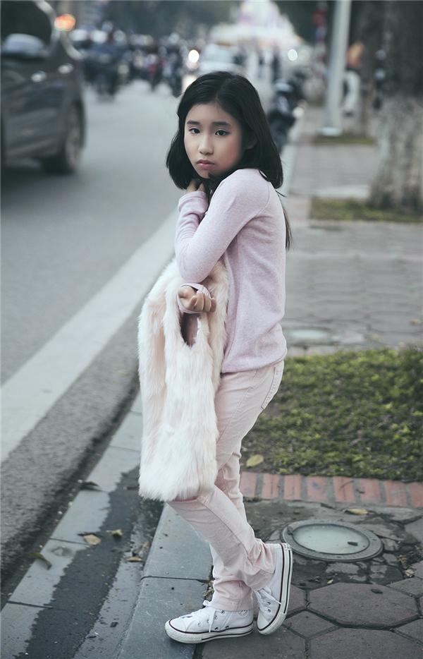 Tuy nhiên Ju Uyên Nhi lại kết hợp cùng áo phông phom rộng, quần jeans ôm sát và giày thể thao năng động, cá tính.