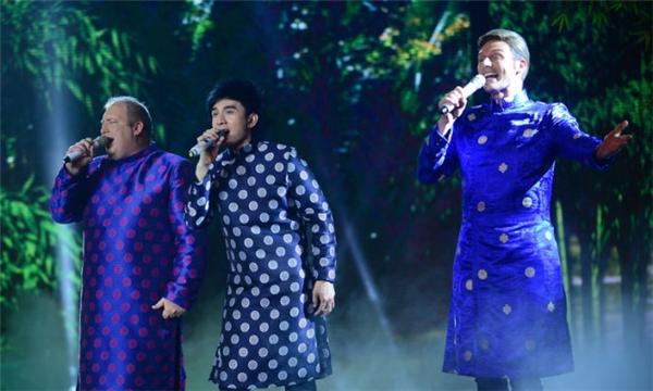 Nam ca sĩ Kyo York và Kevin Rogers cũng là những khách mời đặc biệt của đêm nhạc. Cả ba ca sĩ đã cùng thể hiện liên khúc Ba miền bằng đúng chất giọng của người địa phương khiến nhiều khán giả vỗ tay thích thú. - Tin sao Viet - Tin tuc sao Viet - Scandal sao Viet - Tin tuc cua Sao - Tin cua Sao