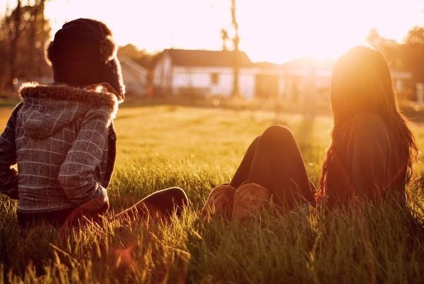 Ngồi lắng nghe trong yên tĩnh, đó mới là dáng vẻ nên có của sự cảm thông. (Ảnh: Internet)