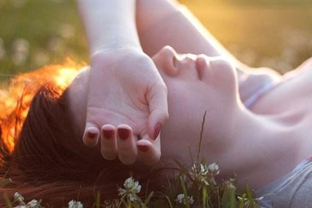 Con người từ lúc sinh ra luôn phản ứng mạnh với bất hạnh hơn là hạnh phúc. (Ảnh: Internet)