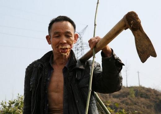 Ông chỉ dám quanh quẩn trong làng, phụ giúp làm nông và bán chổi ở chợ.(Ảnh: letu)