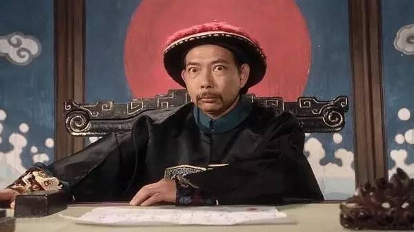 Hình ảnh quen thuộc của ông trong phim Quan Xẩm Lốc Cốc đóng cùng Châu Tinh Trì.
