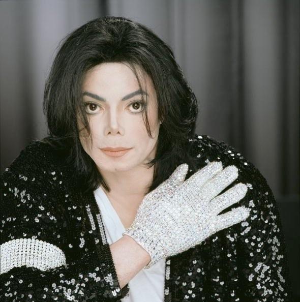 Tuy nhiên, ý nghĩa thực tế của món phụ kiện cũng như cách kết hợp của Sơn Tùng không giống như vậy. Thực tế, đây là phong cách mà nam ca sĩ học hỏi từ ông hoàng Michael Jackson. - Tin sao Viet - Tin tuc sao Viet - Scandal sao Viet - Tin tuc cua Sao - Tin cua Sao