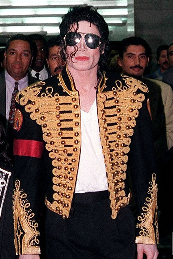 Michael Jackson thường diện vest hay áo khoác kết hợp cùng một dải băng đeo bên tay như một lời nhắc nhở ông về nhiều trẻ em đang gặp bất hạnh trên toàn thế giới. - Tin sao Viet - Tin tuc sao Viet - Scandal sao Viet - Tin tuc cua Sao - Tin cua Sao