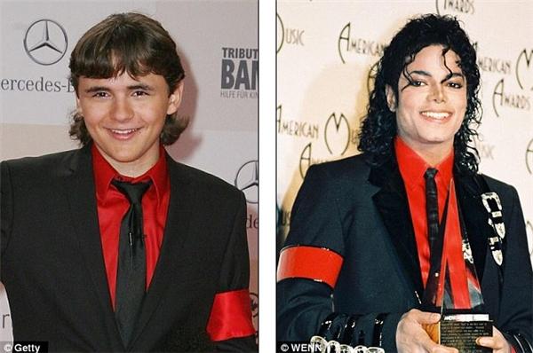 Và cách diện trang phục này đã được con trai của Michael Jackson ứng dụng lại trong buổi đấu giá đôi găng tay của nam danh ca. - Tin sao Viet - Tin tuc sao Viet - Scandal sao Viet - Tin tuc cua Sao - Tin cua Sao