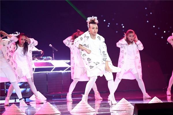 Các vũ công nhanh chóng cởi bỏ bộ kimono thay thế bằng chiếc áo khoác cách điệu pha trộn giữa thời trang Âu - Á. - Tin sao Viet - Tin tuc sao Viet - Scandal sao Viet - Tin tuc cua Sao - Tin cua Sao