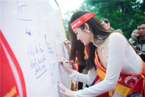 """Bố mẹ Á hậu Việt Nam 2014 cũng đi cùng cô tới tham dự """"Ngày Chủ Nhật Đỏ"""" và hòa mình hòa mình vào đoàn diễu hành.   Á hậu Việt Nam 2014 vô cùng rạng rỡ. - Tin sao Viet - Tin tuc sao Viet - Scandal sao Viet - Tin tuc cua Sao - Tin cua Sao"""