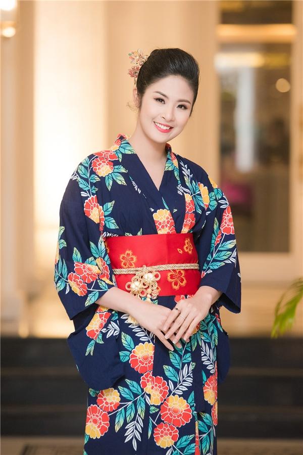 Hoa hậu Việt Nam 2010 Ngọc Hân diện kimono với những họa tiết hoa to bản có màu sắc rực rỡ. Trong năm 2015, Ngọc Hân gần như ít tham gia các hoạt động của showbi mà tập trung vào công việc kinh doanh, thiết kế thời trang. - Tin sao Viet - Tin tuc sao Viet - Scandal sao Viet - Tin tuc cua Sao - Tin cua Sao