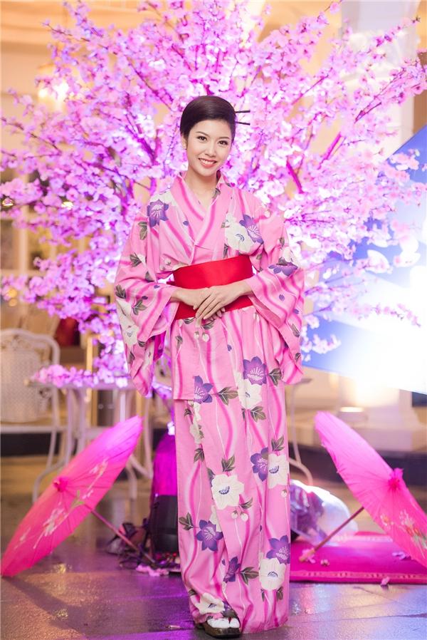 Á hậu Quốc tế Thúy Vân diện kimono có sắc hồng ngọt ngào, thanh lịch. Gần như những biểu tượng, văn hóa của đất nước mặt trời mọc đã trở thành một dấu ấn khó phai trong cuộc đời Thúy Vân sau khi trở về từ Hoa hậu Quốc tế 2015 được tổ chức tại Nhật Bản. - Tin sao Viet - Tin tuc sao Viet - Scandal sao Viet - Tin tuc cua Sao - Tin cua Sao