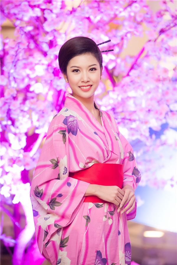 """Người đẹp cho biết: """"Thúy Vân dành cho đất nước Nhật một tình cảm rất đặc biệt. Trước khi thi Miss International, Thúy Vân đã từng chụp hình trong trang phục kimono và rất cảm kích trước vẻ đẹp của văn hóa Nhật Bản in đậm trong trang phục truyền thống. Dạ tiệc Hoa anh đào mang lại cho Thúy Vân những cảm giác nhớ nhung về con người, về văn hóa và cả những sự nhiệt tình, đáng mến từ đất nước Nhật."""" - Tin sao Viet - Tin tuc sao Viet - Scandal sao Viet - Tin tuc cua Sao - Tin cua Sao"""