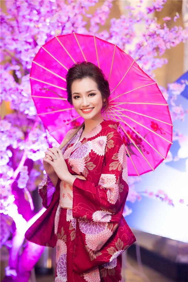 Trúc Diễm hội ngộ đàn em trong bộ kimono màu đỏ rượu sang trọng, quý phái. Sau khi kết hôn, người đẹp tập trung thời gian vào công việc kinh doanh. - Tin sao Viet - Tin tuc sao Viet - Scandal sao Viet - Tin tuc cua Sao - Tin cua Sao