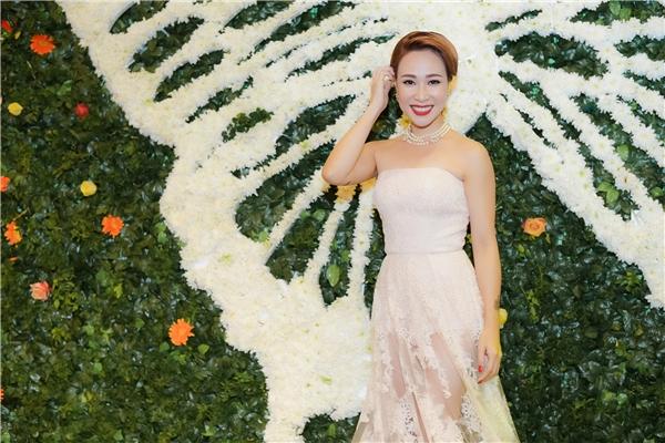 Chiếc váy dài xuyên thấu phần đuôi đã khắc phục được nhược điểm vóc dáng nhỏ bé của Uyên Linh, giúp cô khoe vòng 1 căng đầy và đôi chân thon dài. - Tin sao Viet - Tin tuc sao Viet - Scandal sao Viet - Tin tuc cua Sao - Tin cua Sao