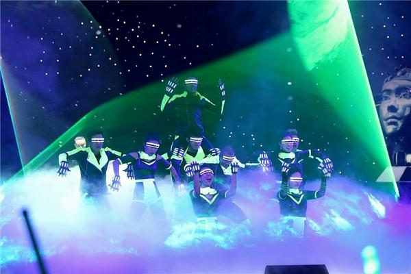 Những dancer với trang phục được gắn đèn LED thể hiện nền âm nhạc hiện đại. - Tin sao Viet - Tin tuc sao Viet - Scandal sao Viet - Tin tuc cua Sao - Tin cua Sao