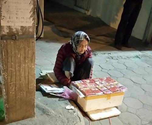 Rơi nước mắt với cụ bà bán lì xì trong đêm đông Hà Nội
