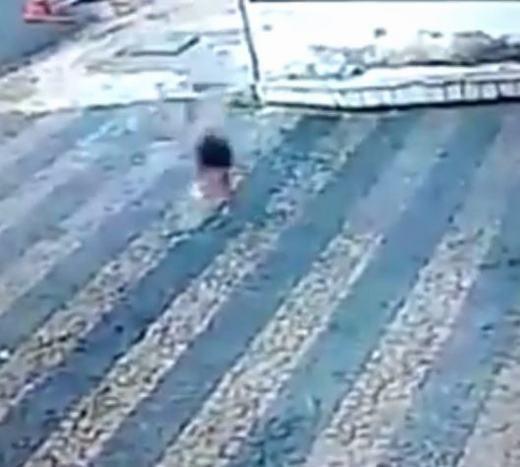 Bé gái rơi xuống đất. (Ảnh: Chụp màn hình)