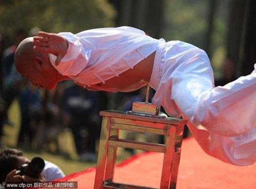 Màn biểu diễn dùng bụnggiữ thăng bằng trên 1 cây đinhcủa một cao thủ tên Li Xin. (Ảnh: Internet)