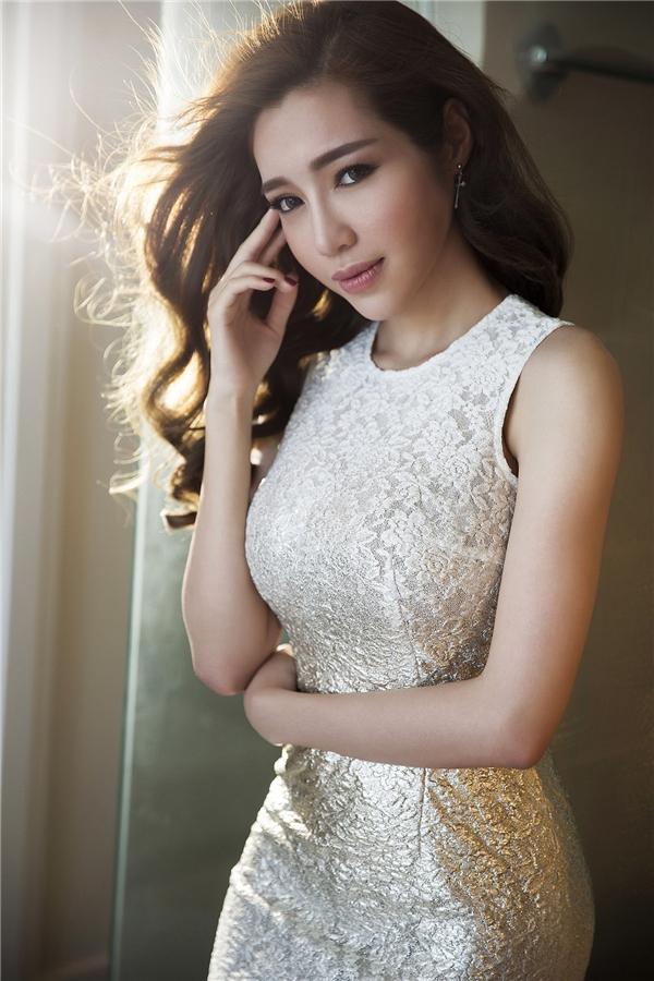 Diện chiếc váy đơn giản, Elly Trần vẫn nổi bật và thu hút nhờ chất liệu ánh bạc đầy mê hoặc. Phần chân váy được kết hợp vải ren mỏng tang hợp xu hướng. Trong những đêm tiệc đầu năm nhẹ nhàng, đây sẽ là một gợi ý tuyệt vời cho những cô nàng yêu thích vẻ ngoài đơn giản nhưng vẫn gợi cảm, quyến rũ.