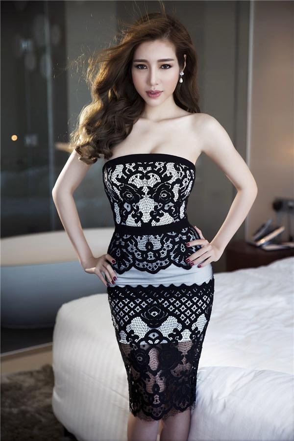 Thiết kế váy quây đơn giản trở nên mới lạ, độc đáo nhờ vải ren được đính kết đối xứng ở phần ngực và chân váy.