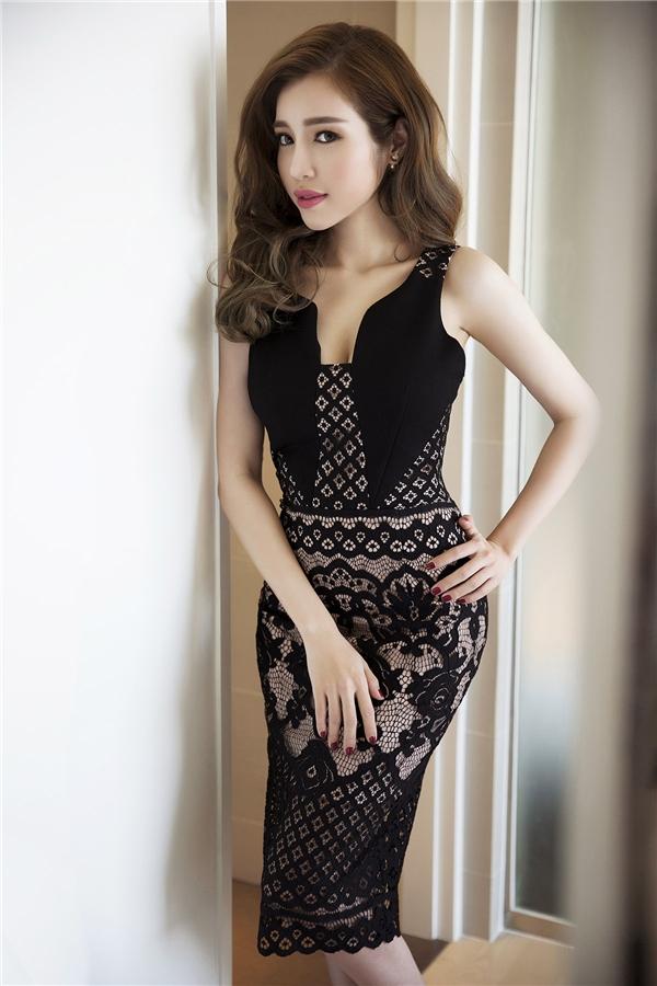 Hai tông màu trắng, đen kinh điển vẫn giữ được sức hút mặc dù đã nhiều mùa mốt đi qua. Elly Trần luôn mang đến dư vị mới mẻ cho những trang phục đơn giản nhưng không kém phần gợi cảm, quyến rũ.