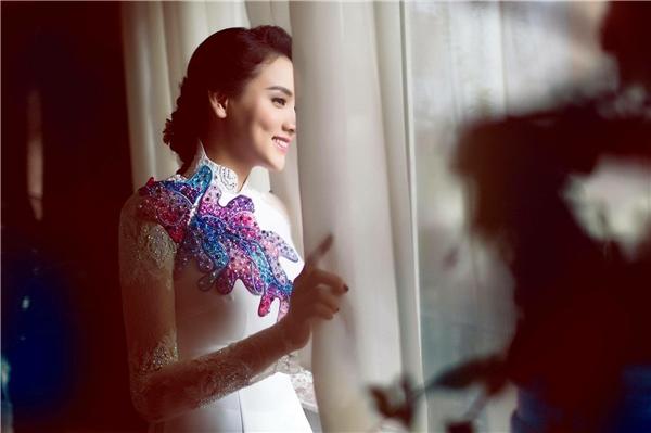Cô dâu Trang Nhung dịu dàng, e ấp trong tà áo dài trắng thướt tha. - Tin sao Viet - Tin tuc sao Viet - Scandal sao Viet - Tin tuc cua Sao - Tin cua Sao